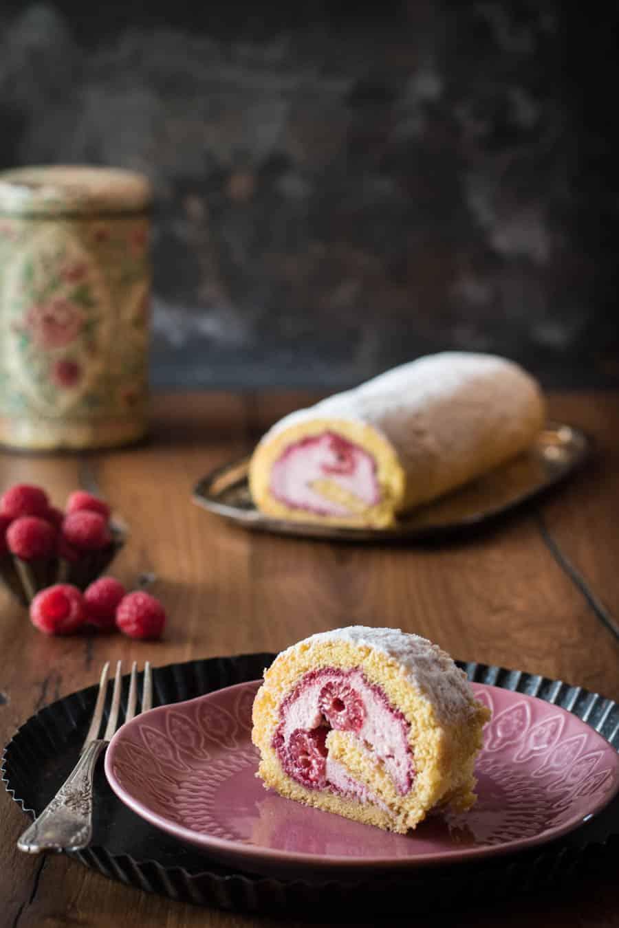 Himbeer-Biskuitrolle mit cremiger Mascarponefüllung - Kleines Kulinarium