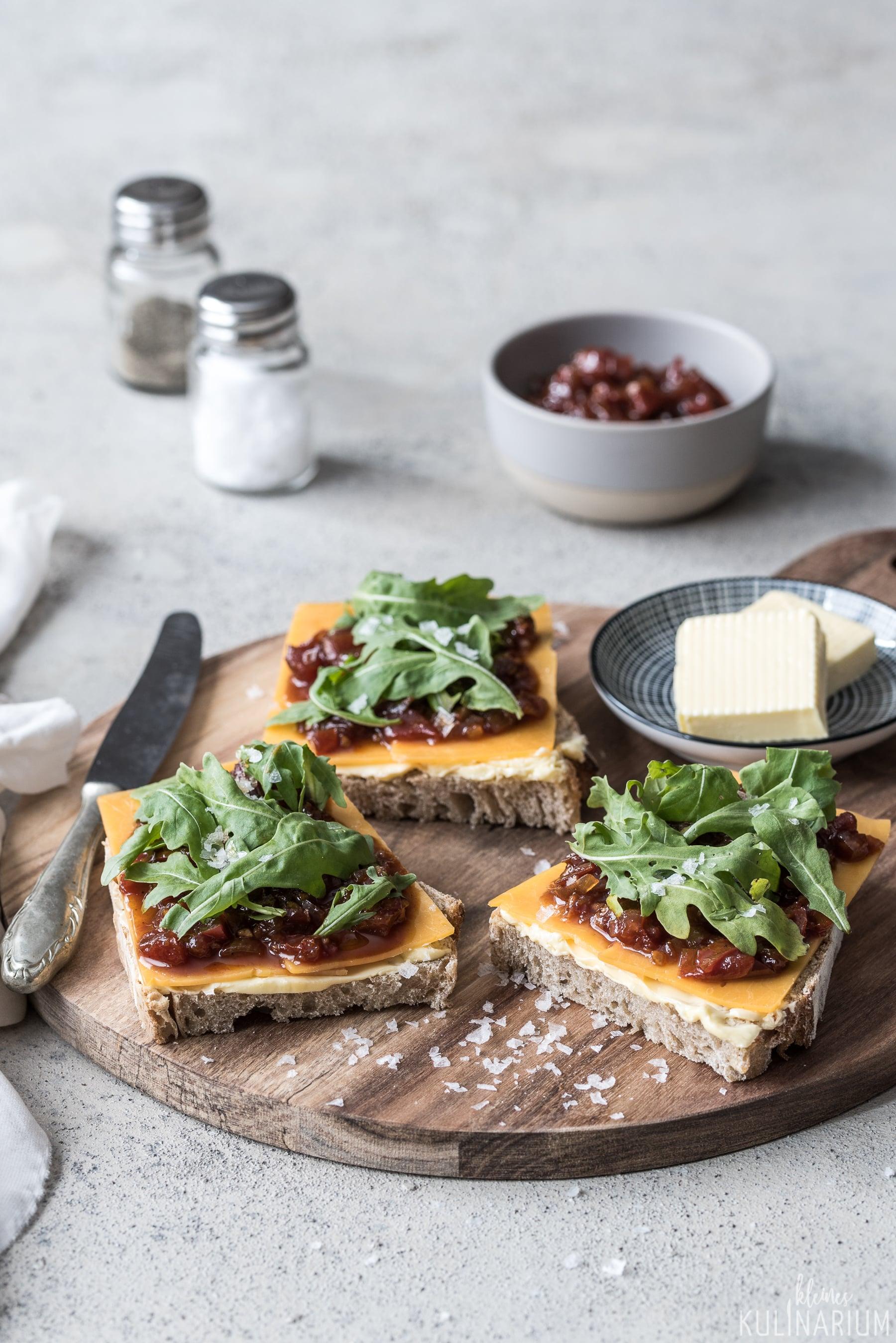 No-Knead-Bread mit Tomatenchutney Rucola und Cheddar