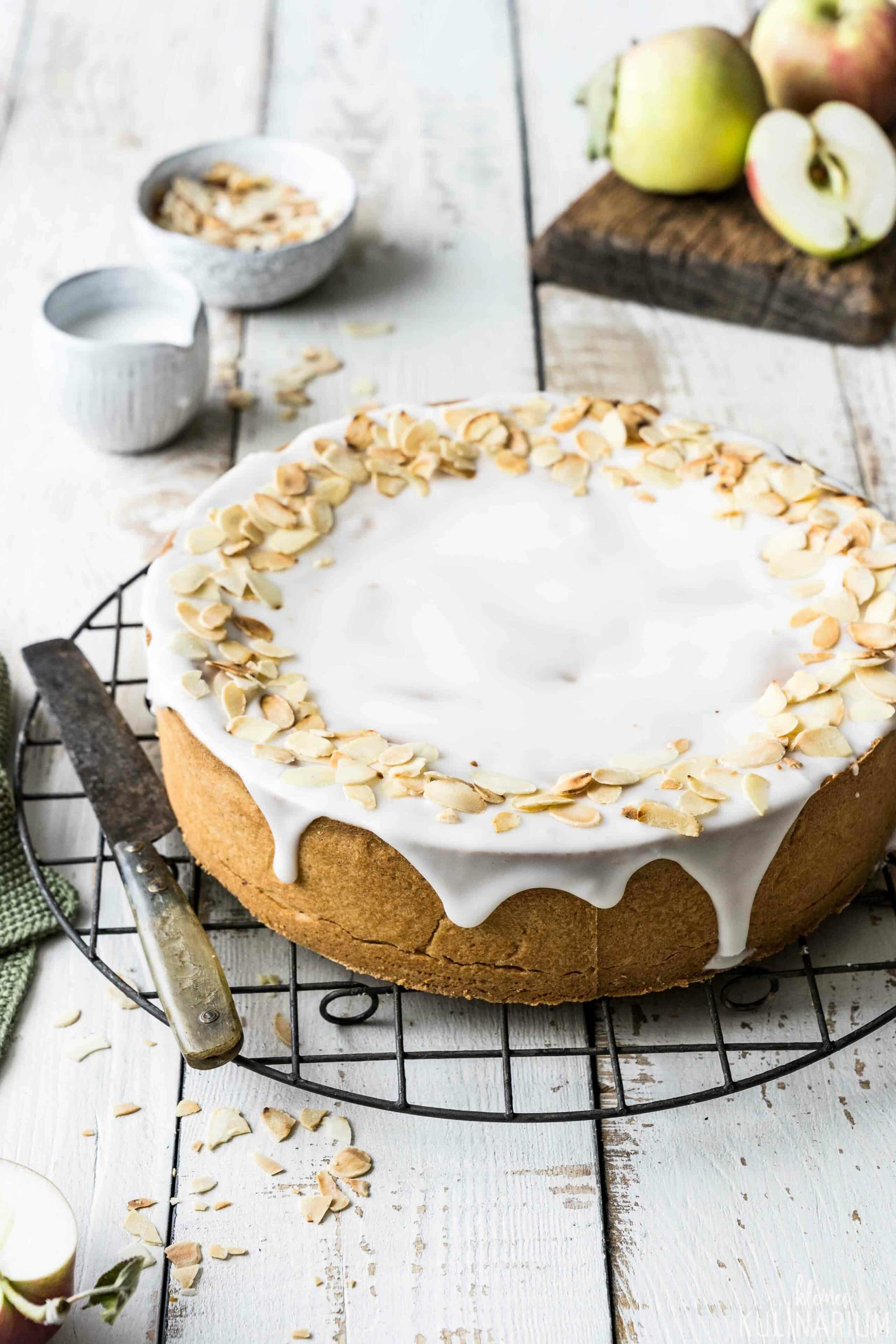 Gedeckter Apfelkuchen mit Zuckerguss - Kleines Kulinarium