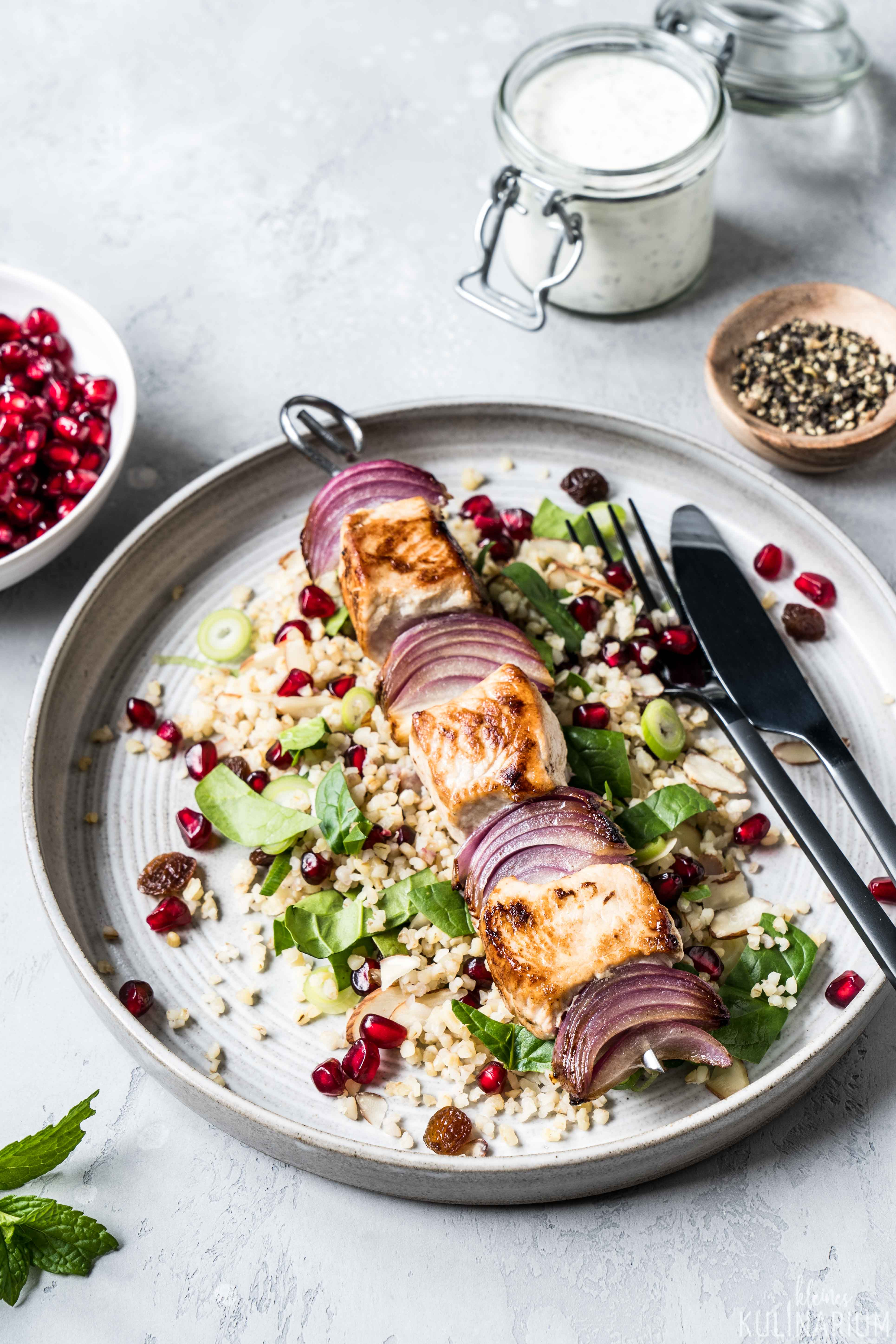 Putenspieße mit Bulgursalat und Minz-Joghurt - Kleines Kulinarium